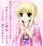1girl 2005 ahoge artist_request artoria_pendragon_(all) blonde_hair braid fate/stay_night fate_(series) french_braid green_eyes japanese_clothes kimono long_sleeves pink_background pink_kimono saber short_hair sidelocks smile solo translation_request upper_body yukata