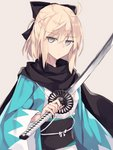 1girl ahoge bangs black_bow black_scarf blonde_hair bow closed_mouth eyebrows_visible_through_hair fate/grand_order fate_(series) grey_background grey_eyes hair_between_eyes hair_bow haori highres holding holding_sword holding_weapon japanese_clothes katana kimono koha-ace long_hair long_sleeves looking_at_viewer nagishiro_mito obi okita_souji_(fate) okita_souji_(fate)_(all) open_clothes sash scarf sidelocks simple_background solo standing sword tsurime upper_body weapon white_kimono wide_sleeves