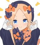 1girl >:) abigail_williams_(fate/grand_order) atsumisu bangs black_bow black_dress black_headwear blonde_hair blue_eyes blush bow closed_mouth commentary_request double_v dress eyebrows_visible_through_hair fate/grand_order fate_(series) forehead hair_bow hands_up hat highres long_hair long_sleeves multiple_hair_bows object_hug orange_bow parted_bangs polka_dot polka_dot_bow simple_background sleeves_past_wrists smile solo stuffed_animal stuffed_toy teddy_bear upper_body v v-shaped_eyebrows white_background