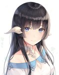 1girl au_ra ayuanlv bangs bare_shoulders black_hair blue_eyes blush breasts cleavage closed_mouth clover collarbone dragon_horns eyebrows_visible_through_hair eyes_visible_through_hair final_fantasy final_fantasy_xiv highres horns looking_at_viewer off_shoulder smile solo straight_hair upper_body